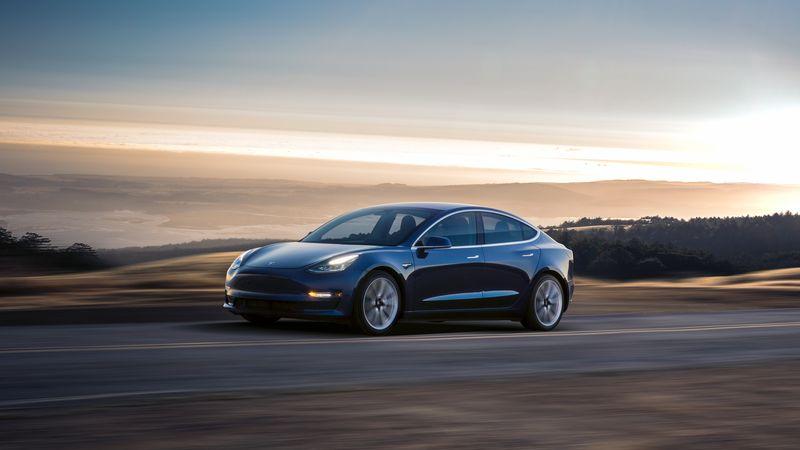 Tesla Model 3 проехала почти тысячу километров без подзарядки