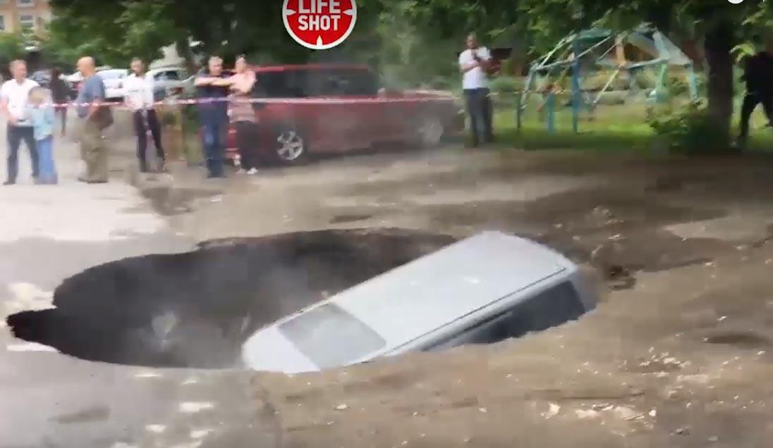 В России внедорожник Toyota bB утонул в провале с кипятком