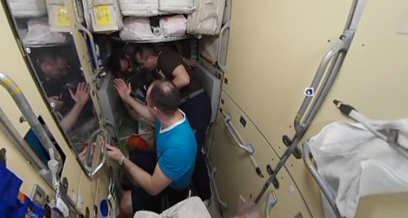 Космонавты показали, как делают стрижки на МКС: видео