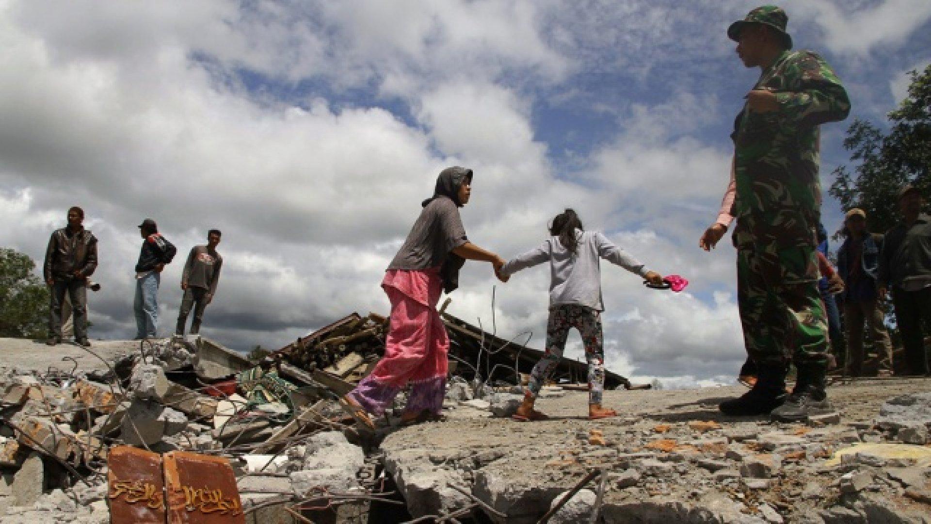 В Индонезии число погибших из-за мощного землетрясения возросло до 380 человек
