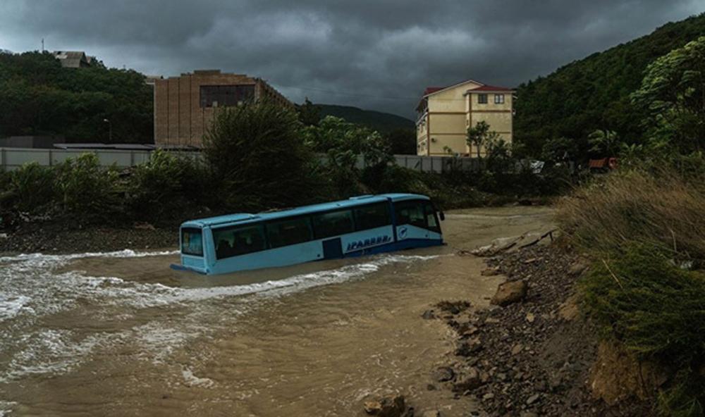 В Новороссийске селевой поток смыл пассажирский автобус в море
