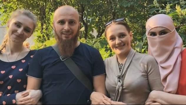34 -летний россиянин имеет 3 жены и 9 детей, мечтает увеличить свою семью