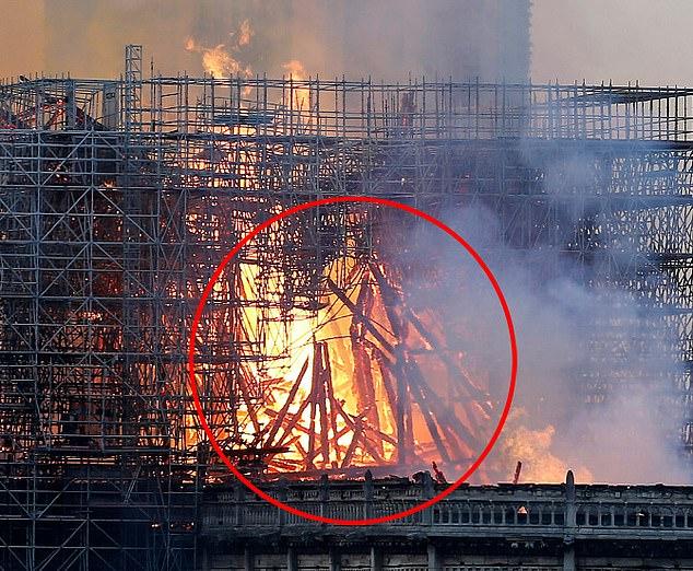 В огне горящего Нотр-Дам-де-Пари увидели фигуру Иисуса Христа: фото