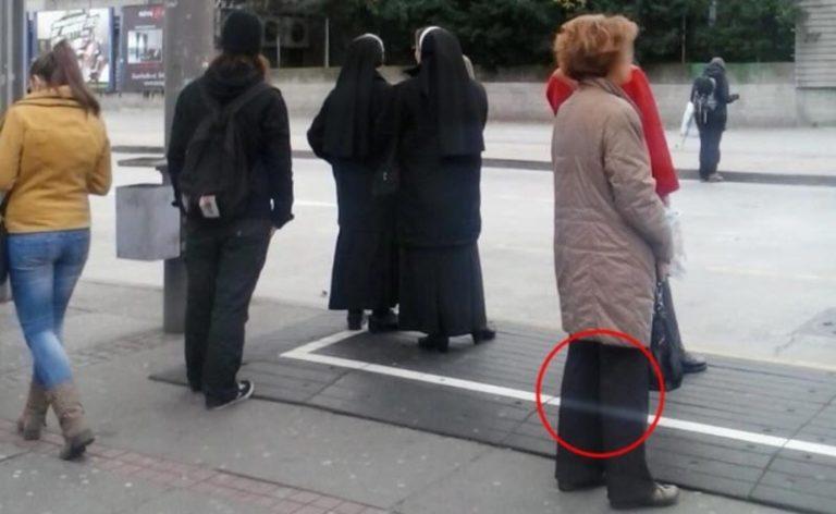 Гид просто сфотографировал монахиню на остановке, проявив пленку ему стало плохо