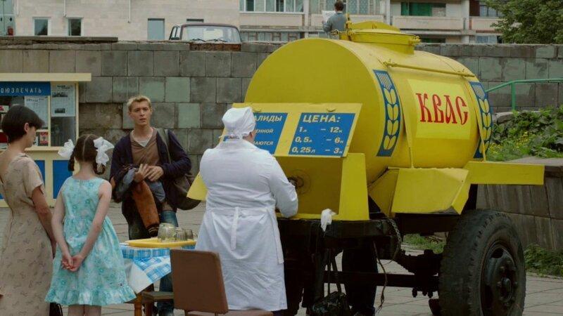 Феномен газировки в СССР: почему все пили из одного стакана и не болели