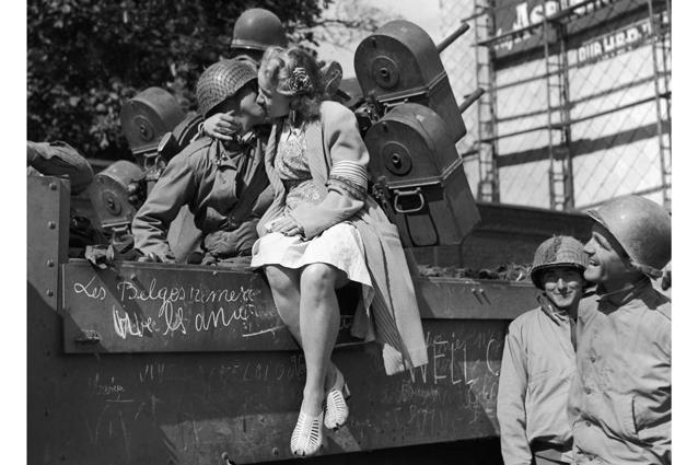 «Только бы в мужских трусах не помереть»: позорные факты про быт женщин во время войны