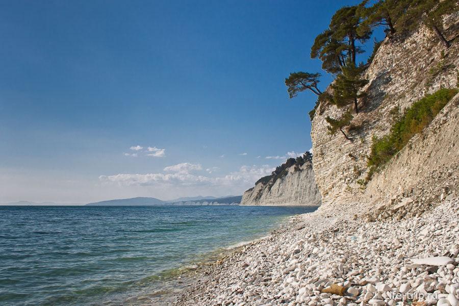 Морской залив с каменным пляжем
