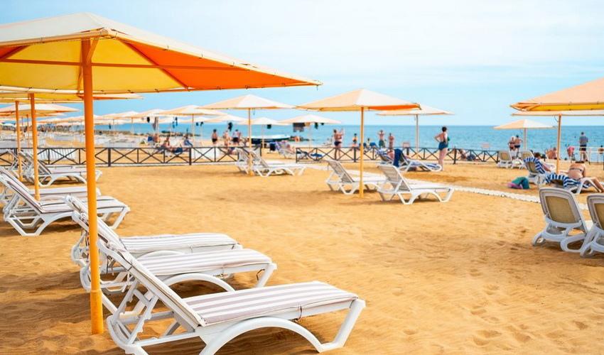 Песчаный пляж у моря