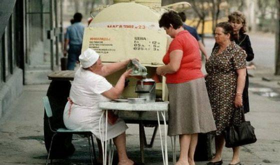 Секреты «Домов быта» в СССР: для чего там отрезали пуговицы на одежде