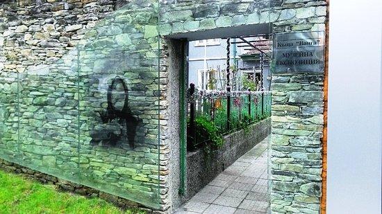 Какая мистика происходит в доме и на могиле Ванги?