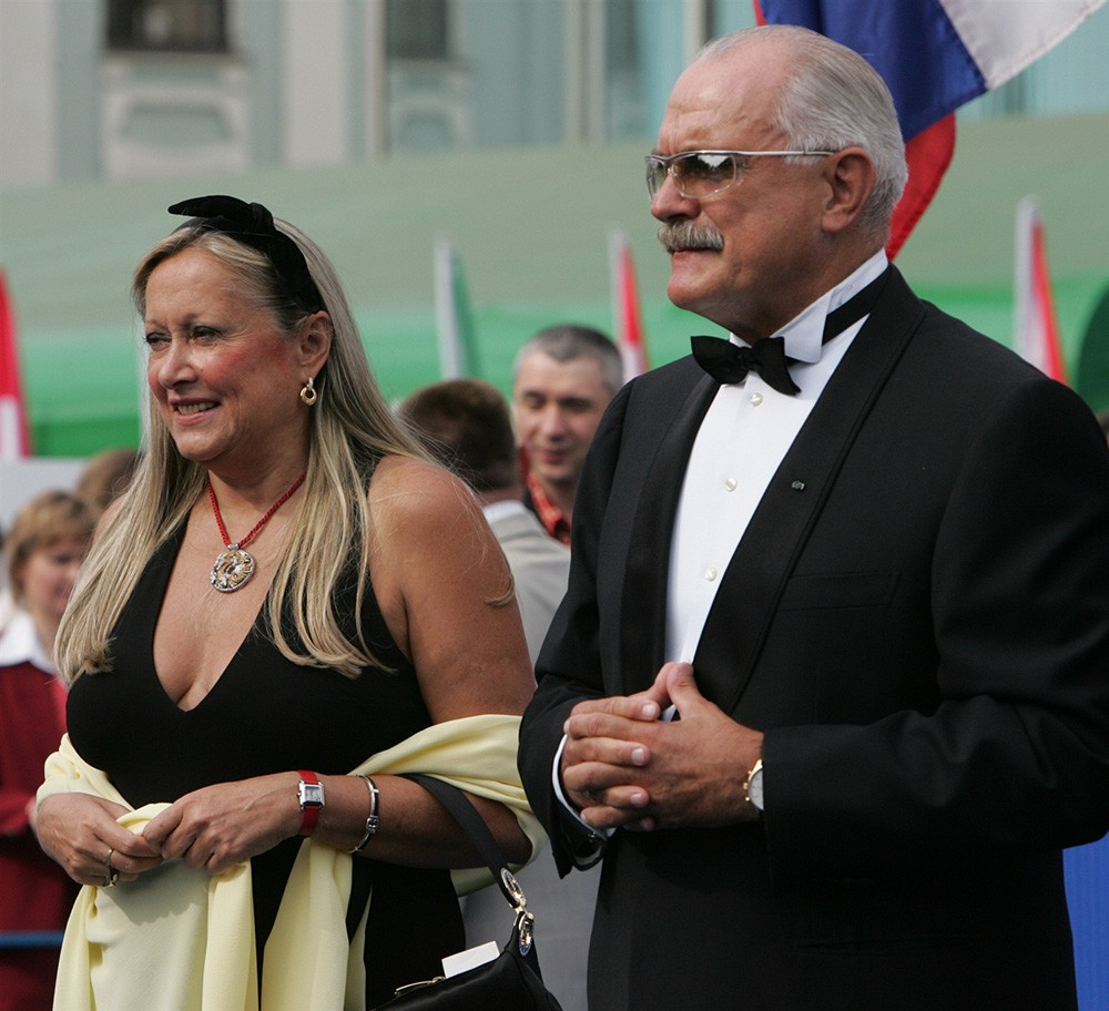 Тайна жены Михалкова: почему она никогда не снимает черный бант